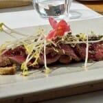 Tataki de Buey sobre lecho de alcachofas fritas