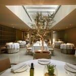 La sala cuenta con cocina vista y un ambiente muy depurado con luz natural cenital, muy agradable