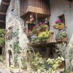 """Los balcones y fachadas están adornados con flores que puedes cogerse a mano en """"autoservicios"""""""
