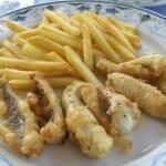 Percas del lago fritas con patatas, plato típico de Yvoire