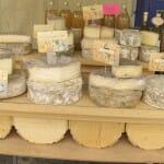 No podían faltar los quesos en el mercado