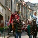 El rey y la reina pasean a caballo por Gex, aclamados por sus habitantes