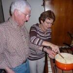 Many y Jean Claude, maestros del arte de la Fondue, preparan nuestra perdición...
