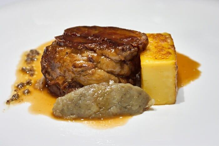 Cuello de cordero confitado, polenta, yogur y berenjena