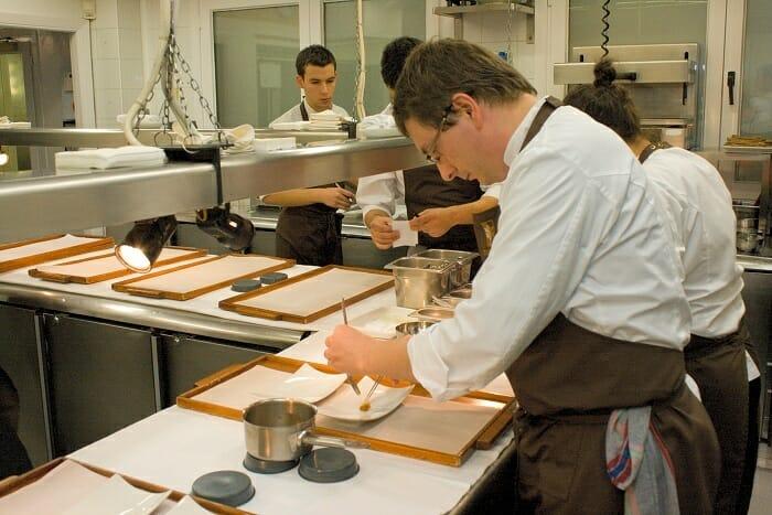 Andoni, con su equipo en la cocina de Mugaritz
