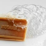 Pastilla artesana caliente y agua batida de miel con avena