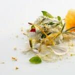 Varias cucharadas de contrastes afines: crema de leche, hojas y dulces