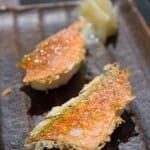Sushi con la piel tostada del salmonete