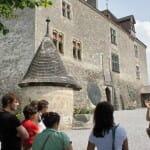 Gruyères tiene un hermoso castillo-museo que enseña un guía vestido de juglar