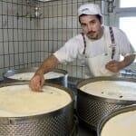 Los queseros colocan la placa de la AOC en los quesos