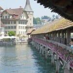 No hay que dejar de pasear por sus puentes de madera, que son el mejor reclamo para los turistas