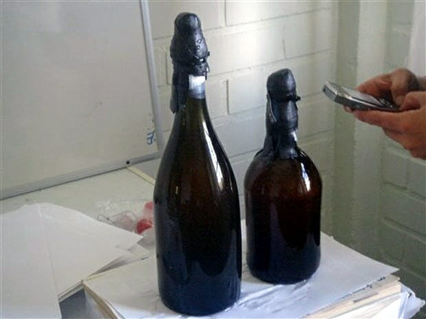 Imagen de las dos botellas de cerveza recuperadas