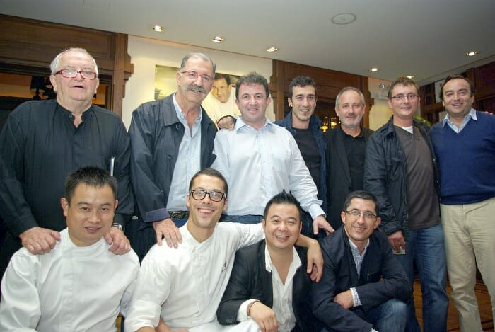 Juan Mari Arzak, Pedro Subijana, Eneko Atxa y Andoni Luís Adúriz, junto a Martín Berasategui, Maxime Fantom y el equipo del restaurante ubicado en Shanghai