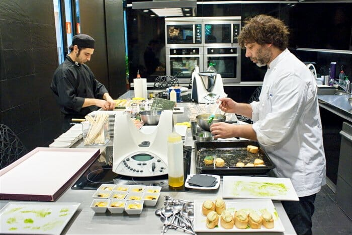 Andrés Madrigal prepara el almuerzo-coctel de presentación a medios de Mundo Thermomix