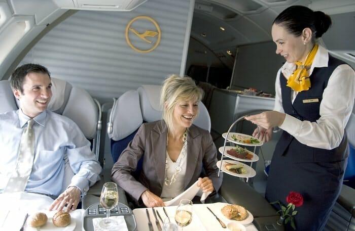 Servicio de comida en un vuelo de Primera Clase de Lufthansa (c) Ingrid Friedl