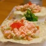 Bocados de taquitos de atún y salmón con tomate, aderezados con salsa sky sobre wonton
