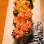 Sushi de aguacate, salmón y hueas de pez volador