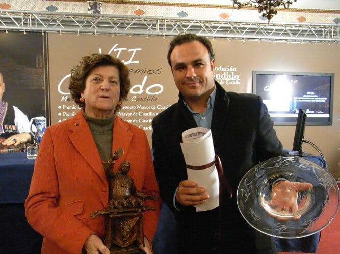 Imelda Moreno y Ángel León durante la entrega de premios