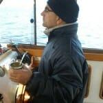 Al timón surcando el canal Beagle con un mate