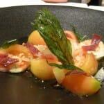Ensalada de tomate raff con queso majorero y albahaca