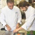 Luis Alberto prepara un plato junto a su hijo Guillermo en la cocina de Casa Fermín