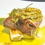 Lomo de atún rojo con tiradito de ají, crema de ajo y puerro confitado