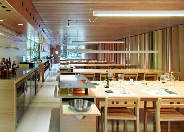 Tondeluna dispone de un comedor espacioso y acogedor, con cocina vista y mesas corridas