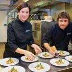 Xavier Díez y Aizpea Oihaneder en la cocina de Xarma