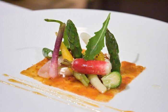 Carpaccio de tomate y manzana con verduras de otoño