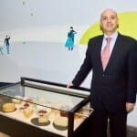 Manuel López, jefe de sala, junto al carro de quesos de Espacio 33