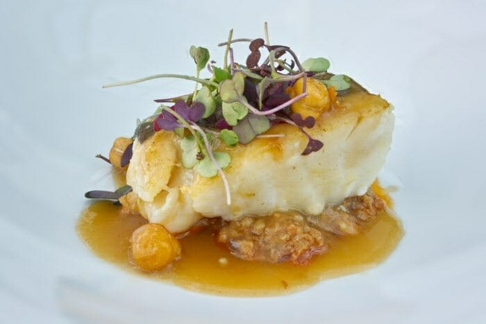 Taco de bacalao con ropa vieja, garbanzos fritos y caldo de cocido