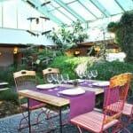 Detalle de la sala, con un precioso jardín interior
