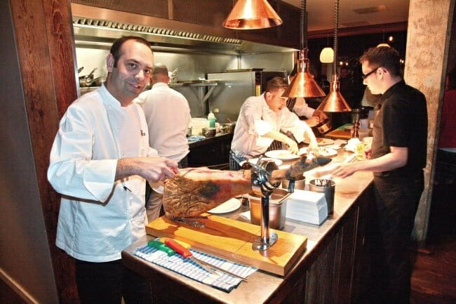 Pizarro venderá en sus establecimientos londinenses unos 400 jamones este año