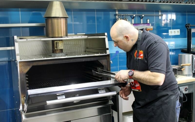 Cocina con brasas para profesionales parrillas robatas y for Pesadilla en la cocina brasas
